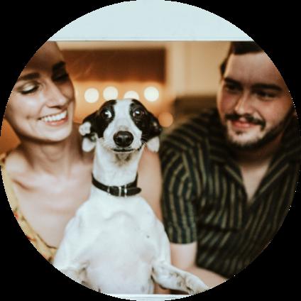 Un chien avec ses maîtres dans leur maison.